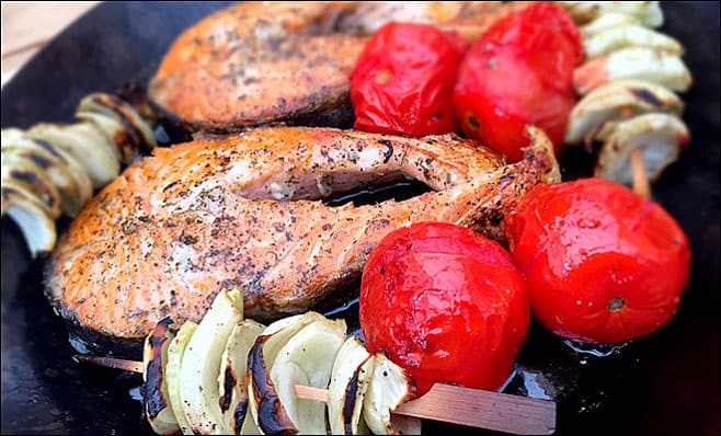 Diets high in protein: salmon with tomatoes.