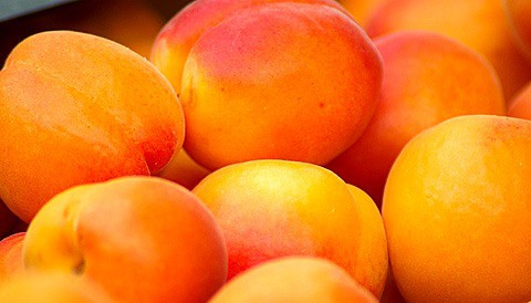 82 most nutritious foods: whole apricot fruits.